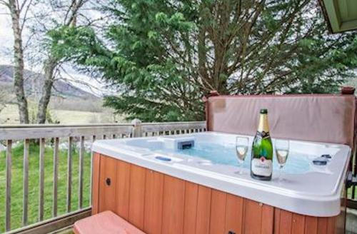 Snaptrip - Last minute cottages - Quaint Whitebridge Lodge S51703 - Typical hot tub