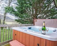 Snaptrip - Last minute lodges - Adorable Whitebridge Lodge S51704 - Typical hot tub