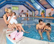 Snaptrip - Last minute lodges - Cosy Rock Lodge S52088 - Indoor heated swimming pool