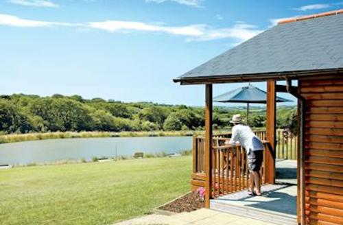Snaptrip - Last minute cottages - Stunning Holsworthy Lodge S52598 - Wooda Lakes Lodge