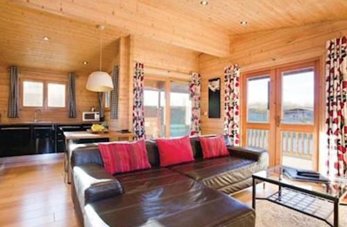 Snaptrip - Last minute cottages - Beautiful Brandesburton Lodge S53244 - Dragonfly Watersedge