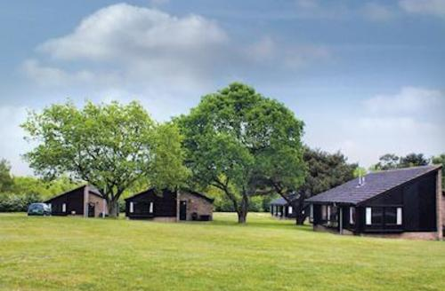 Snaptrip - Last minute lodges - Delightful Woodhall Spa Lodge S53664 - The bungalow setting