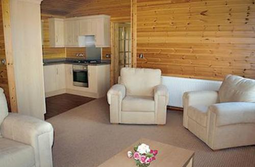 Snaptrip - Last minute cottages - Stunning Winkleigh Lodge S54055 - Orchard Lakes Lodge