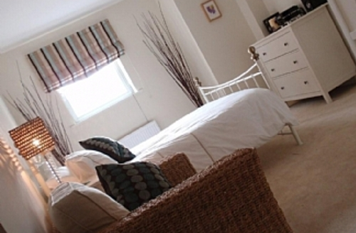 Snaptrip - Last minute apartments - Adorable Plymouth Apartment S6590 - Bedroom 1