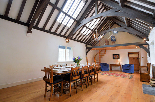Snaptrip - Last minute cottages - Quaint Brixham Apartment S6597 - The Old School House dining room