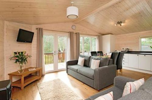 Snaptrip - Last minute cottages - Stunning Darley Moor Lodge S54772 - Haddon Classic 2 Spa