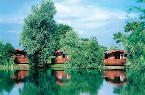 Snaptrip - Last minute cottages - Stunning Stowbridge Lodge S54860 - The park setting