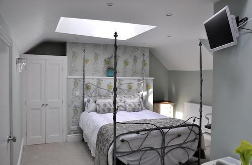 Snaptrip - Last minute cottages - Tasteful Glastonbury Apartment S6728 - Bedroom area