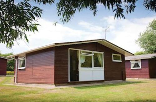 Snaptrip - Last minute cottages - Lovely Milford On Sea Lodge S55662 - Typical Supersaver Chalet 2 (sleeps 6)