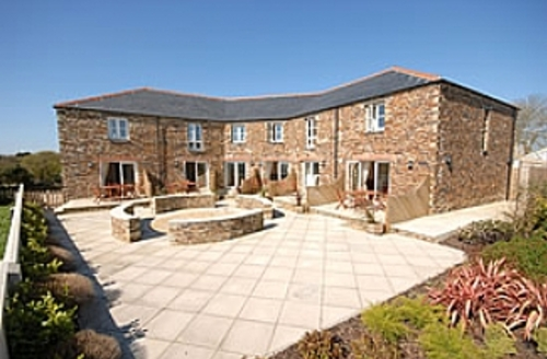 Snaptrip - Last minute cottages - Lovelly Cottage With Sea Views - Menagwins Court - patio area & communal courtyard