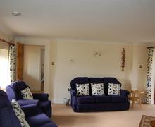 Snaptrip - Last minute cottages - 4star Gold Award Cottage - Spacious and comfortable sitting room