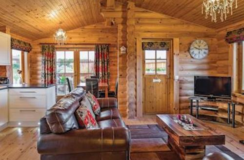 Snaptrip - Last minute cottages - Tasteful Carnaby Lodge S56758 - Typical Platinum Log Lodge 2