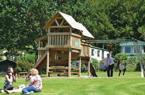 Snaptrip - Last minute cottages - Cosy Tavistock Lodge S57105 - Children's play area
