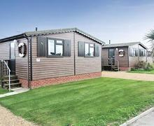 Snaptrip - Last minute cottages - Stunning Bacton On Sea Lodge S57121 - Castaways Lodge