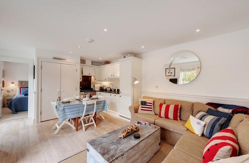Snaptrip - Last minute cottages - Attractive Kingsbridge Apartment S971 -