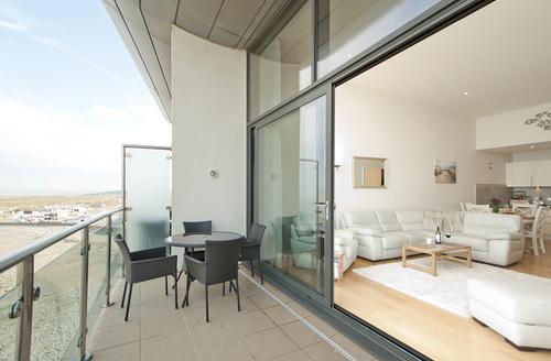 Snaptrip - Last minute cottages - Exquisite Bideford Penthouse S1459 -