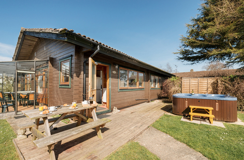 Snaptrip - Last minute cottages - Splendid Lyme Regis Lodge S1547 -