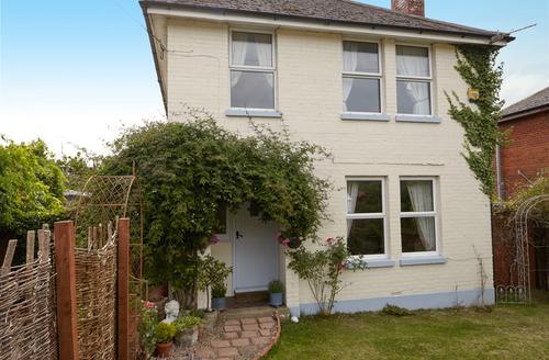 Snaptrip - Last minute cottages - Tasteful Sandown Rental S1818 -