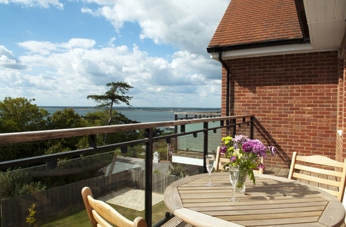 Snaptrip - Last minute cottages - Delightful Totland Bay Lodge S1890 -