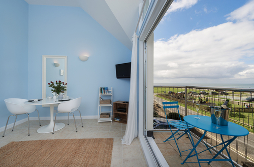 Snaptrip - Last minute cottages - Cosy Seaton Apartment S9076 -