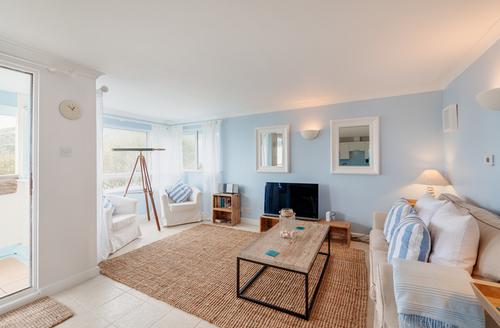 Snaptrip - Last minute cottages - Charming Seaton Apartment S9077 -