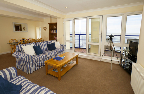Snaptrip - Last minute cottages - Excellent Sandown Apartment S9200 -