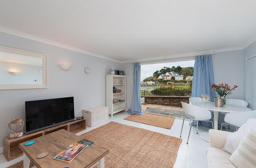 Snaptrip - Last minute cottages - Tasteful Seaton Apartment S9232 -