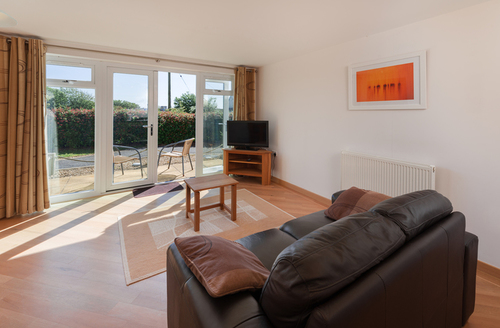 Snaptrip - Last minute cottages - Quaint Dawlish Warren Apartment S9252 -