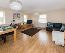 Snaptrip - Last minute cottages - Excellent Sandown Apartment S42462 -
