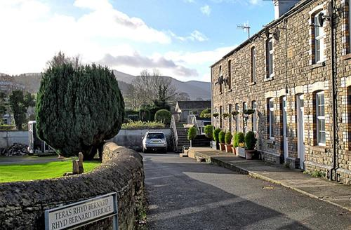 Snaptrip - Last minute cottages - Stunning Brecon Town Cottage S57733 - Terrace 1