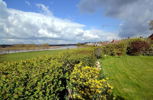 Snaptrip - Last minute cottages - Gorgeous East Devon Topsham Cottage S58229 - Mede garden and view