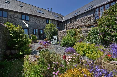 Snaptrip - Last minute cottages - Cosy South Devon East Prawle Apartment S58635 - Threshing external with arrow_R