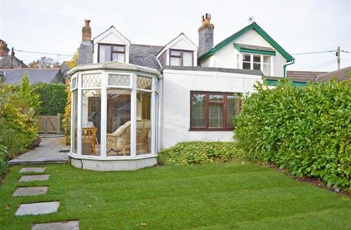 Snaptrip - Last minute cottages - Quaint Lyndhurst Cottage S58823 - wisteria lead photo PS