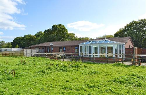 Snaptrip - Last minute cottages - Lovely Bashley Lodge S58878 - Drake Lodge external 2_R