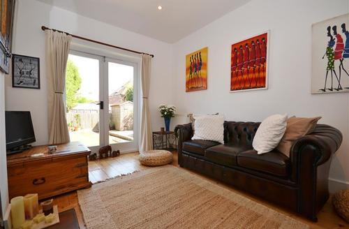 Snaptrip - Last minute cottages - Luxury Lymington Cottage S58911 - Lounge 3