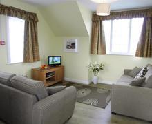 Snaptrip - Last minute cottages - Exquisite Polzeath Apartment S43035 - Lounge