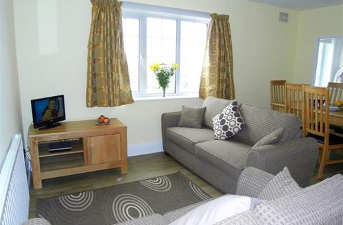Snaptrip - Last minute cottages - Attractive Polzeath Apartment S42812 - Lounge