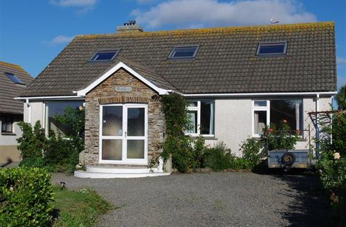Snaptrip - Last minute cottages - Cosy Trevone Bay Apartment S42945 - External