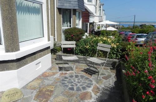 Snaptrip - Last minute cottages - Attractive St Ives Carbis Bay Lelant Cottage S43906 - St Ives sunny patio area