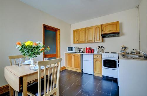 Snaptrip - Last minute cottages - Tasteful Saundersfoot Cottage S59697 - Kitchen