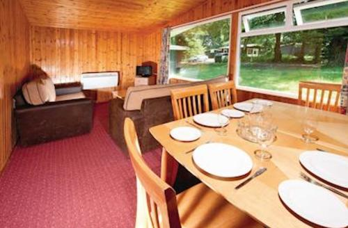 Snaptrip - Last minute cottages - Cosy Lelant Lodge S60559 - Typical SI 2 Bed Silver Chalet sleeps 6