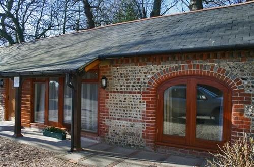 Snaptrip - Last minute cottages - Quaint Colworth Cottage S60767 -