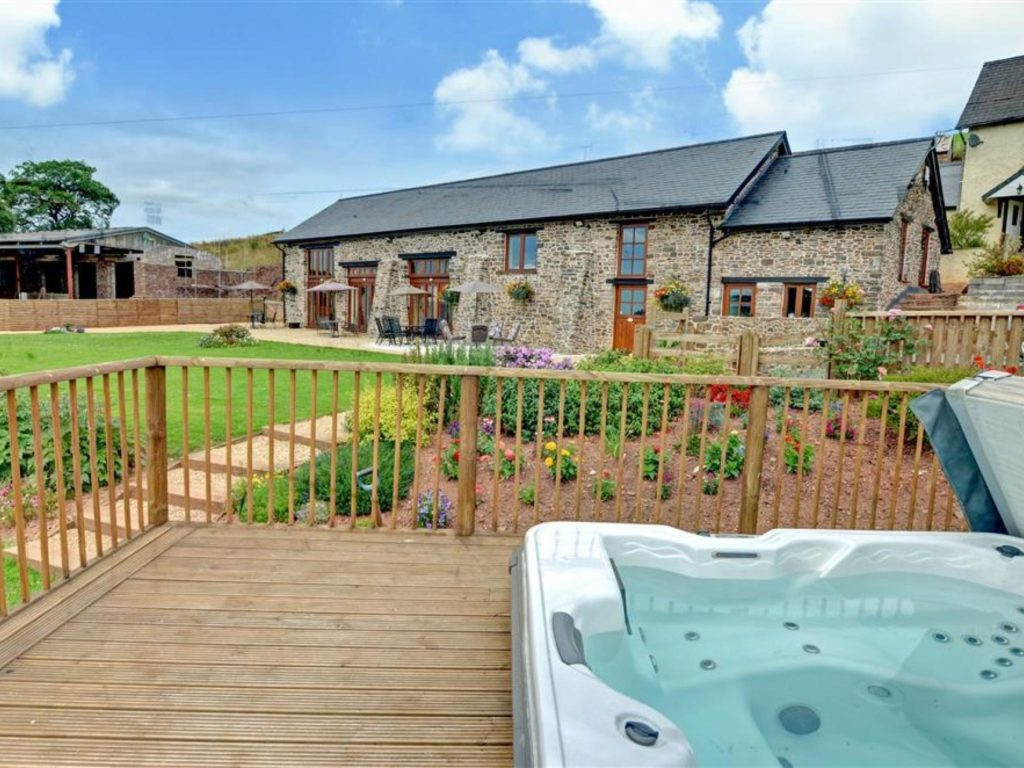 Family-friendly cottage with a hot tub